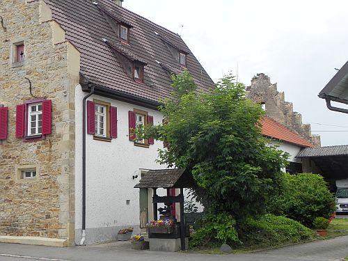 """Fruchtkasten/Staffelgiebelhaus mit """"Kriegsbeschädigung""""."""