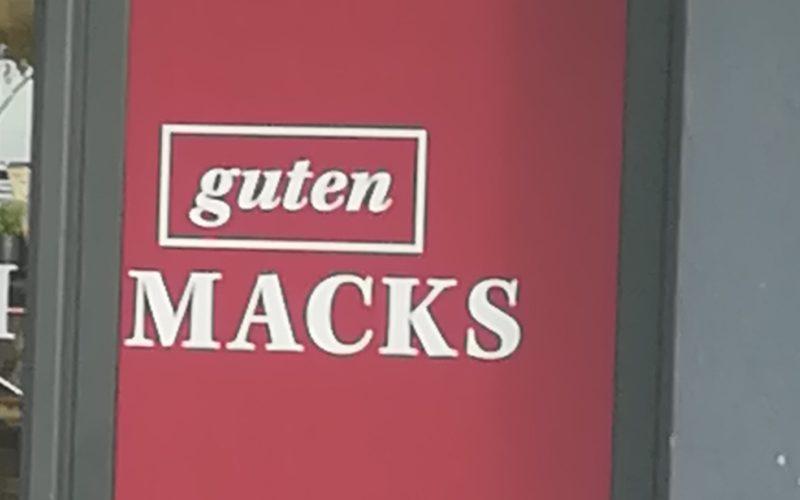 """Schaufensterbeschriftung """"guten Macks"""""""